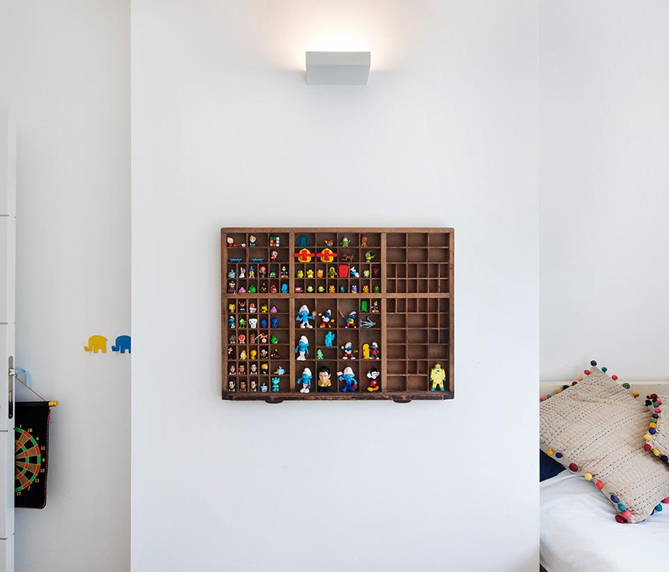 קיר מעוצב הכולל תאורה